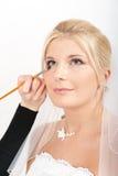 Le renivellement professionnel de mariage est effectué à la mariée Photographie stock