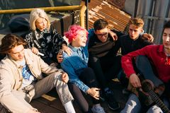 Le repaire d'amis chantent à mode de vie gratuit le hippie urbain Image stock