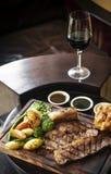 Le repas britannique traditionnel de boeuf de rôti de dimanche a placé sur la table Photographie stock