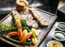 Le repas britannique traditionnel de boeuf de rôti de dimanche a placé sur la table Photo stock