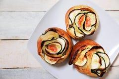 Le repas espagnol de Tipical avec quelques légumes et saumons fumés a roulé formant des fleurs Photographie stock