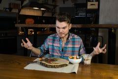 Le repas est terminé La personne affamée folle mange de la toute dernière nourriture sur le petit déjeuner photo stock