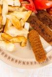 Le repas servi sur la table, chair de poissons frite colle avec les pommes de terre et la salade de tomate photo stock