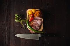 Le repas simple traditionnel a installé avec de la viande et des légumes Photos libres de droits