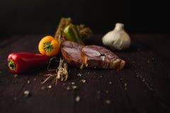 Le repas simple traditionnel a installé avec de la viande et des légumes Photo libre de droits