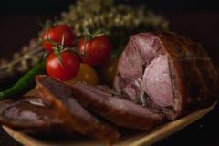 Le repas simple traditionnel a installé avec de la viande et des légumes Image libre de droits