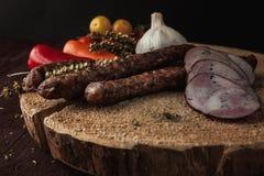 Le repas simple traditionnel a installé avec de la viande et des légumes Photo stock