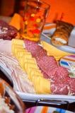 Le repas sur le pouce de différents genres de jambon et de fromage a arrangé prêt à être servi à une partie Photos libres de droits
