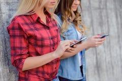 Le repos à carreaux rouge de loisirs de mode de vie de dépendance de chemise détendent le concept de l'adolescence de beauté d'âg Image libre de droits