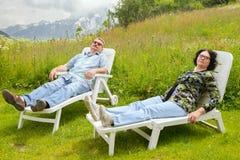 Le repos mûr de paires dans le salon Photographie stock libre de droits