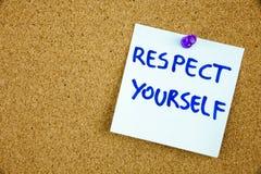 Le respect d'expression vous-même en texte rouge sur une fiche rayé goupillée à un panneau d'affichage de liège comme rappel photographie stock