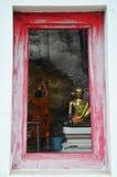 Le respect de moine priant et dorent la couverture avec la feuille d'or chez Lord Buddh images stock