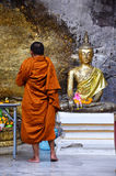 Le respect de moine priant et dorent la couverture avec la feuille d'or chez Lord Buddh image stock