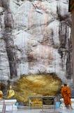 Le respect de moine priant et dorent la couverture avec la feuille d'or chez Lord Buddh photo stock