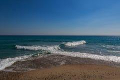 Le ressac de la mer bleue de turquoise avec la vague perpendiculaire blanche Image libre de droits