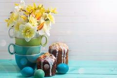 Le ressort coloré fleurit, des gâteaux de Pâques et des oeufs sur le fond en bois Images libres de droits