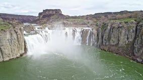 Le ressort de hautes eaux coulé en tant que lui circule sur le temps d'automnes de Shoshone au printemps banque de vidéos
