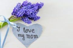 Le ressort de jacinthe des bois fleurit et j'aime ma note de maman Photo stock