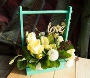 Le ressort fleurit dans l'amour de boîte en bois et de haut de forme, jour du ` s de Valentine, épousant Images stock