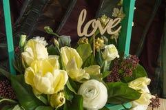 Le ressort fleurit dans l'amour de boîte en bois et de haut de forme, jour du ` s de Valentine, épousant Image stock