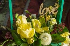 Le ressort fleurit dans l'amour de boîte en bois et de haut de forme, jour du ` s de Valentine, épousant Photographie stock libre de droits