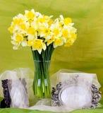Le ressort fleurit dans un vase et un cadre en verre Photos stock