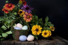 Le ressort fleurit le panier de Pâques Photographie stock libre de droits