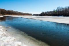 Le ressort, neige fond très bientôt la rivière d'Ural pour obtenir débarrassé image stock
