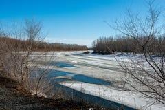 Le ressort, neige fond très bientôt la rivière d'Ural pour obtenir débarrassé photo libre de droits