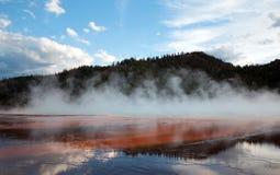 Le ressort prismatique grand au coucher du soleil dans le bassin intermédiaire de geyser en parc national de Yellowstone au Wyomi Photos stock