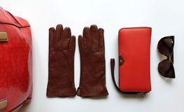 Le ressort rouge Autumn Womens Accessories de mode de bourse de lunettes de soleil de gants en cuir vêtx le concept photo stock