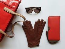 Le ressort rouge Autumn Womens Accessories de mode de bourse de lunettes de soleil de gants en cuir vêtx le concept photos libres de droits