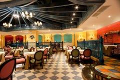 Le restaurant de style occidental classieux est décoré Images stock