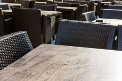 Le restaurant pose les meubles noirs en osier en bois Outdoo de décoration photos libres de droits