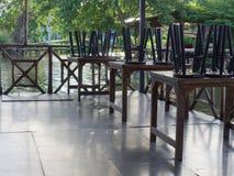 Le restaurant sur le radeau par le canal dans la campagne avec les chaises noires en bois et en métal a mis dessus les tables en  image libre de droits