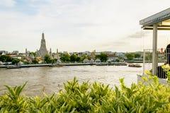 Le restaurant vis-à-vis de Chao Phraya River, Wat Arun Photographie stock libre de droits