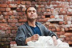 Le restaurateur d'artisan est fier de son travail Images libres de droits