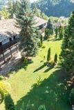 Le restaurateur de novice sur le balcon du monastère de Troyan, Bulgarie Photo stock