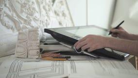 Le restaurateur doué fonctionne avec le projet de restauration utilisant le convertisseur analogique-numérique dans le bureau lum banque de vidéos