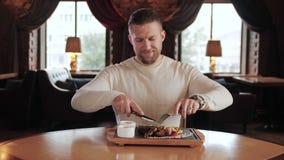 Le restaurateur essayent un nouveau plat de chef dans la barre élégante de gril au ralenti banque de vidéos