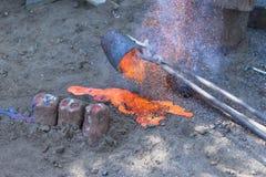 Le reste de métaux liquides est versé sur le sable Photos stock
