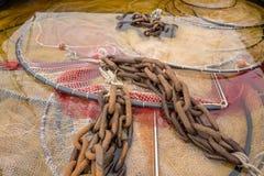 Le reti da pesca sono pulite in un contenitore con acido acetico fotografie stock