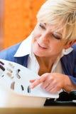 Femme sourde à la prothèse auditive Images stock