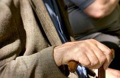 Le retraité s'assied et se repose sur le concept d'extérieur de banc dehors - Photo libre de droits