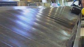Le retrait des bagages de bande de conveyeur à l'aéroport Réception des bagages Retrait des bagages d'aéroport avec le bagage tou banque de vidéos