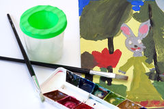 Le retrait et les peintures des enfants avec des balais Image libre de droits