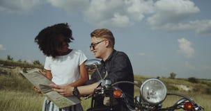 Le retro vibrazioni del motociclo ed appendere con gli amici è il meglio in natura stock footage