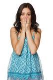 Le revêtement étonné de femme disent du bout des lèvres avec des mains Image stock