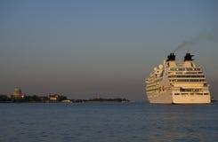 Le revêtement de croisière embarquent le titre dans la lagune de Venise images stock