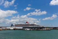 Le revêtement de Queen Mary 2 et le bateau de croisière transatlantiques de haute mer à Southampton accouple l'Angleterre R-U Images libres de droits